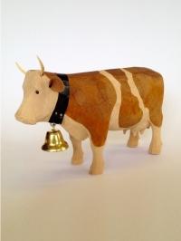 Kuh aus Holz stehend