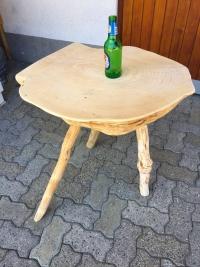 Kleiner Tisch aus Holz